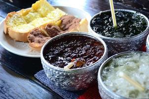 örtjuice i thailändsk vattenskål foto