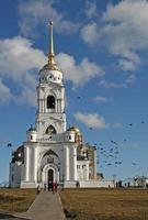 klocktornet i dormitionskatedralen i Vladimir, Ryssland foto