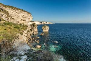 vita klippor, högar och Medelhavet vid Bonifacio på Korsika foto