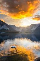 berömda Hallstatt bergsby och alpina sjön, österrikiska Alperna
