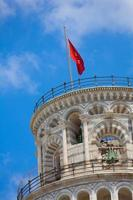 pisa stadsflagga på tornet foto