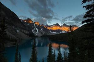 soluppgång vid moränesjön