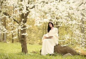 brudklänning i skogen vintage träd foto