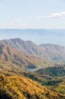 berget på hösten med färgglad skog