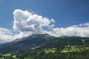 naturskönt alpint landskap med bergskog och hus