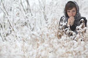 vacker flicka i vinter skog, frost, friskhet, jul