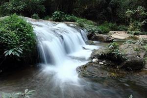 djup skogsvattenfall vid vattenfallets nationalpark, Thailand foto