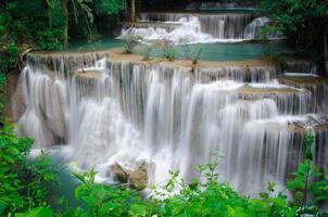 djup skog vattenfall, huay mae khamin, kanchanaburi, thailand foto