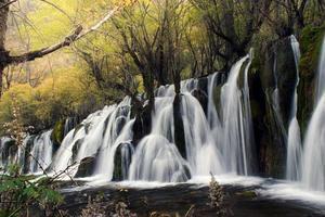 vattenfall i jiuzhaigou nationalpark foto