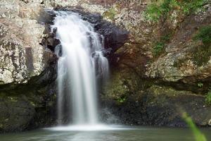 vacker kondalilla vattenfall. foto