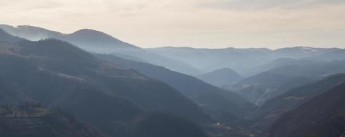 utsikt över kullar nära Kraljevo Serbien 3 foto