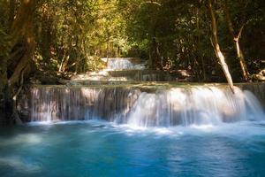 djup skog blå ström vattenfall under vårsäsongen