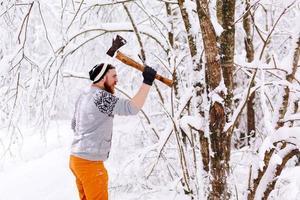 skogsarbetare yxa svänger foto