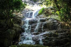 vattenfall med pool i tropisk djungel, na muang, koh samui foto