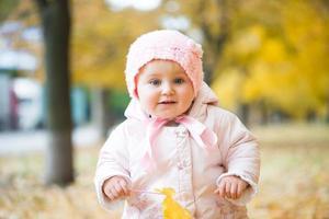 lilla bebis i parken foto