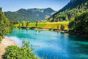 vacker utsikt bergsjön. steg, malbun i lichtenstein, europa foto