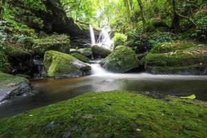 mun daeng vattenfall, phu hin rong kla nationalpark, thailand foto