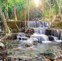 vattenfall i tropisk skog på huay mae kamin, thailand foto