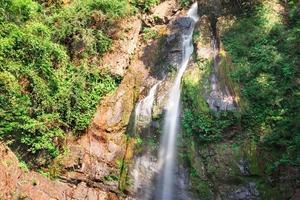 djup skogsvattenfall i phang nga, söder om Thailand foto