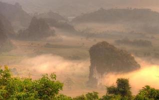 soluppgång och dimmigt vid berget foto