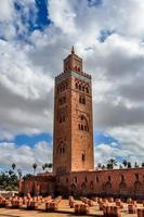koutoubia moské på en molnig dag, marrakech, marocko