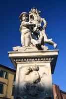 staty av änglar på fyrkant av mirakel i Pisa, Italien foto