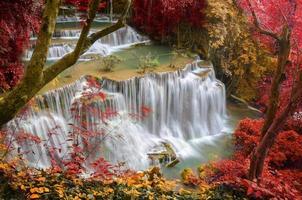 djup skog vattenfall, huay mae khamin, kanchanaburi, thailand