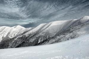 vacker utsikt över bergen på vintern under himlen. foto