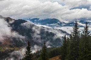Global uppvärmning. bergslandskap. moln och dimma foto
