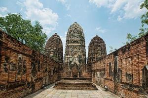 gammalt buddha tempel, nedgång av buddhism koncept foto
