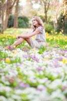 vacker ung flicka i skogen en vårdag foto