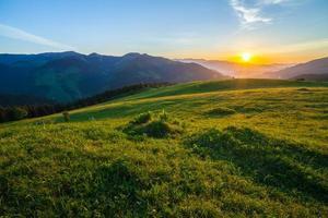 vacker sommarsoluppgång i bergen. foto