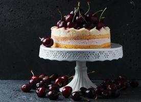 söt hemlagad tårta med körsbär foto