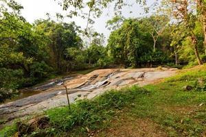 thailand naturligt vattenfall foto