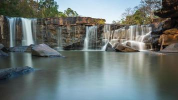 lite sten vattenfall foto