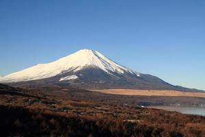 mt. fuji från Yamanaka Lake i Japan foto
