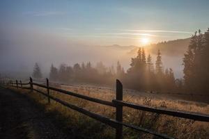majestätisk solnedgång i bergslandskapet. karpater, Ukraina foto