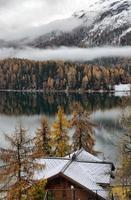 sjön st. moritz med den första snön på hösten