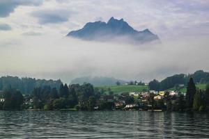 mt. pilatus ovanför luzern sjön i schweiz foto