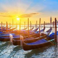 venetianska gondoler vid soluppgång foto