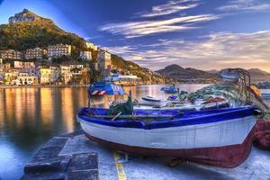 Cetara fiskeby Amalfikusten vattniga reflektioner vid sunr foto