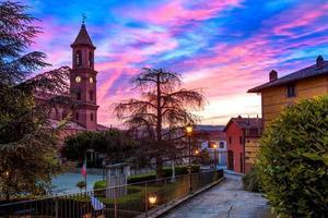 stad Serralunga d'Alba i Italien. foto