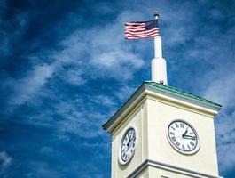 amerikanska flaggan ovanpå klocktornet