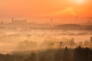Vistula River Valley och Krakow sett över morgondimman