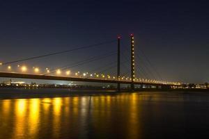 dã¼sseldorf rheinknie bridge på natten foto