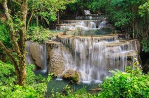 förbluffande vattenfall i kanchanaburi, thailand foto