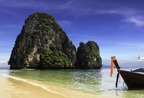 lycklig ö på phra nang beach foto