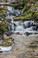 liten bäck med ett vattenfall på nära håll foto