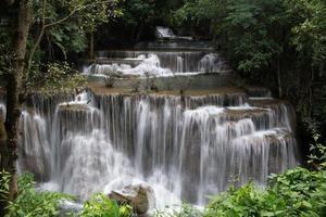 vackert vattenfall i Thailand foto