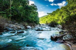 kaskad i opkhan nationalpark, Chiangmai Thaliand foto